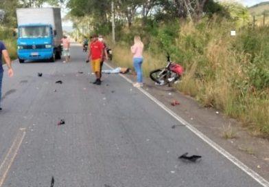 Homem morre após ter pernas e braços decepados ao colidir moto em caminhão, na Paraíba